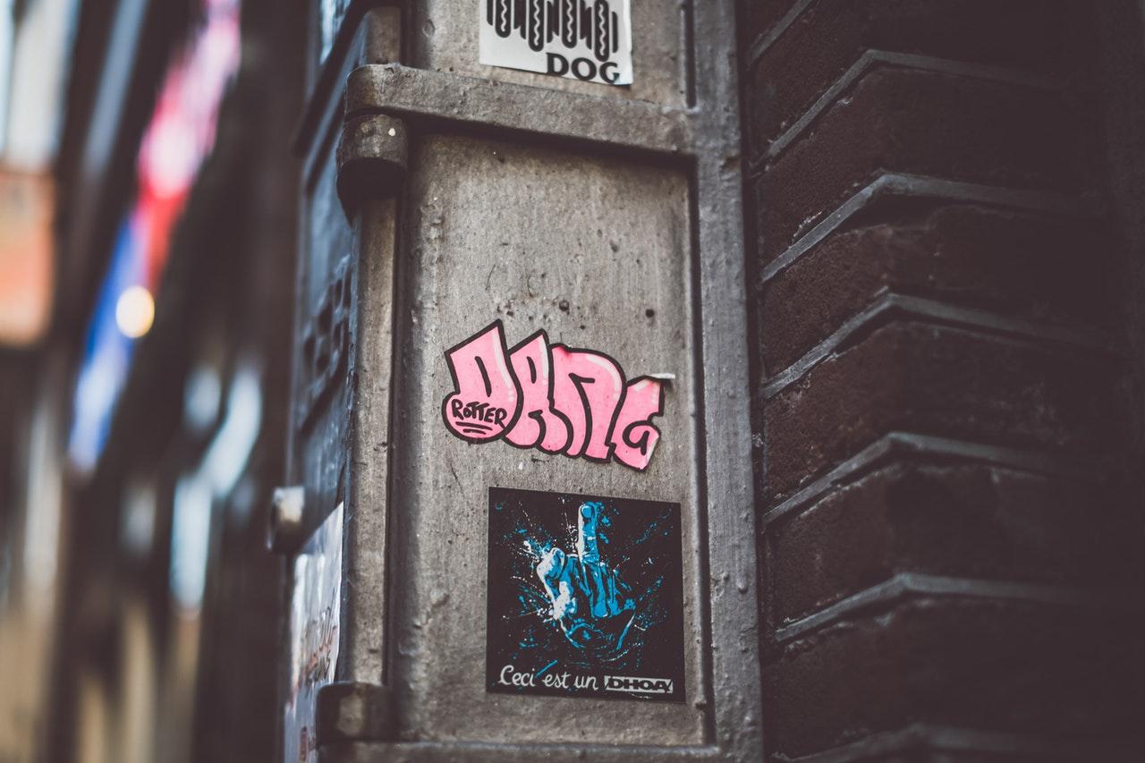 Få graffitirens til den uønskede graffiti på din butiksfacade